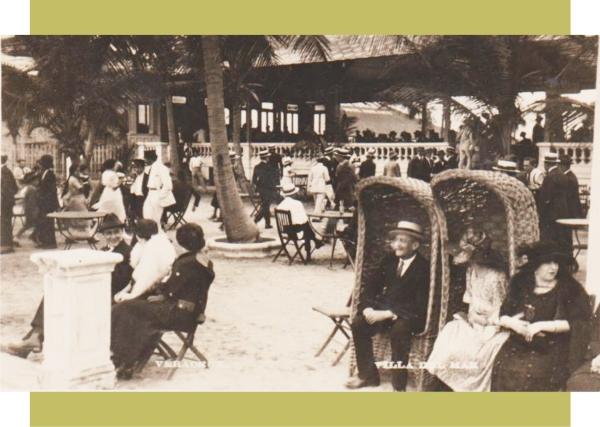 Tomando el fresco en la terraza de Villa del Mar a principios de los años 1920s.