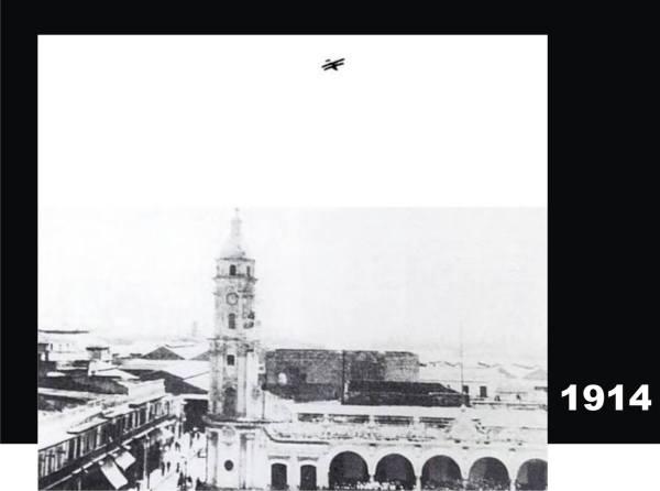 En la parte superior se ve un hidroavión, supuestamente, sobrevolando la ciudad, aunque en realidad esta foto es un montaje de dos imágenes. La foto del Palacio Municipal, si es de esa época. En la invasión a Veracruz fue la primera vez que los aviones de EE. UU. participaron en actos de combate.