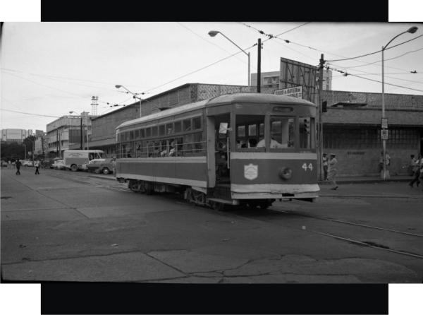 Tranvía sobre la calle Hernán Cortes y al fondo el mercado Hidalgo en 1972.
