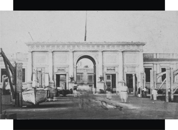 """2.- Puerta del Mar en 1867, vista desde el muelle. Por ella pasaron, casi, todos los que entraban y salian de México durante el siglo XIX. Ver los letreros, la izquierda estaba la """"SALIDA"""" y a la derecha la """"ENTRADA"""". Construida en 1844. Foto tribuida a Francis Aubert. Fuente de foto: Getty Museum."""