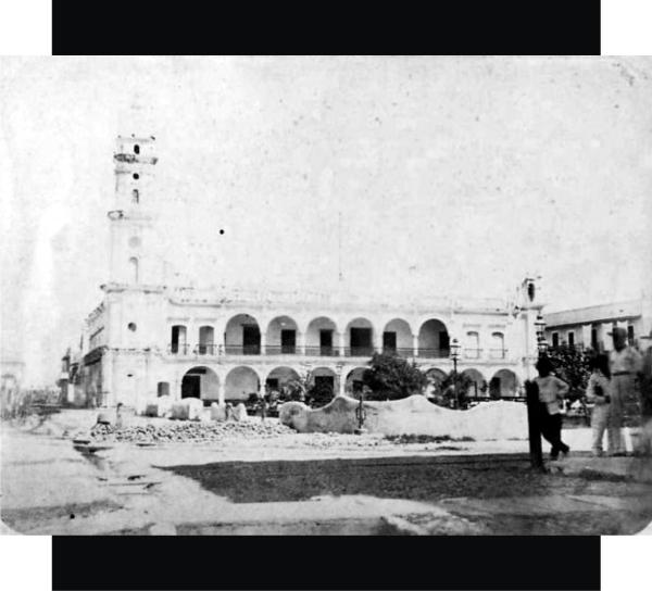8.- Vista del Zócalo desde la esquina de Independencia y Lerdo alrededor del año 1865-66. Al fondo el Palacio Municipal.  Fuente de foto: Ricardo Cañas Montalvo / Facebook