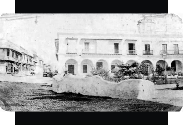 10.- Está otra foto esta tomada desde la esquina de Independencia y Zamora fue tomada alrededor de 1865-66. A la izquierda esta la av. Independencia. Atrás de los edificios que se conocían como Portal de Flores (hoy, Portales de Lerdo) se alcanza a ver parte del mirador del hotel Universal. Fuente de foto: Ricardo Cañas Montalvo / Facebook