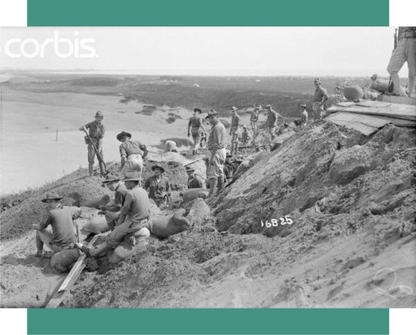 La 8a. compañia del 1er. regimiento de U.S. Marine Corps. extendiendo las trincheras en las colinas del oeste de Veracruz. 10 de julio de 1914. Fuente de foto:  Bettmann/CORBIS