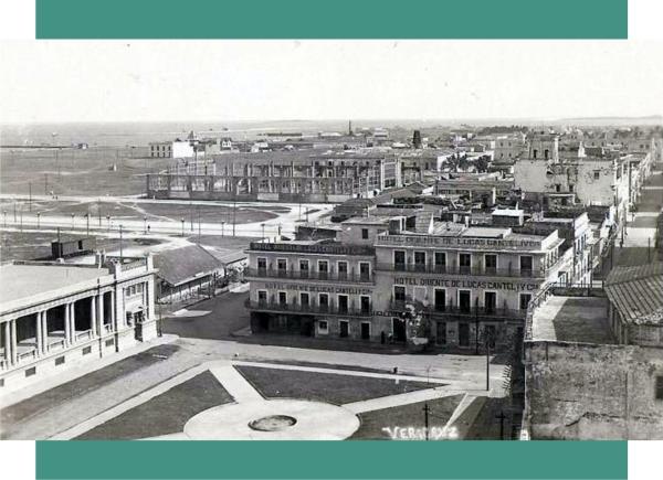 Foto de mediados de la década de 1920, tomada desde la torre de la antigua iglesia de San Francisco (Faro Juárez). En la parte inferior la Plaza de la República recien construida, y sus jardineras completas y sin plantas de ornato. A la izquierda, una parte del edificio de la Aduana y al centro el hotel Oriente. La foto esta firmada por M. Bada. Está postal fue usada en 1927.
