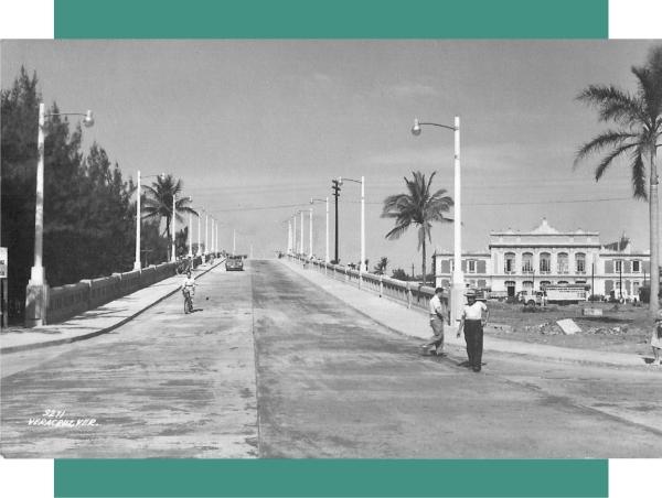 El puente Morelos, según el informe presidencial de Miguel Alemán Velasco, se termino en 1951, por lo que esta foto debe rondar ese año. A la izquierda, todavía se conservaban varias casuarinas que tiempo después se talaron. A la derecha, aún se ve en construcción la explanada frente al edificio de la Terminal.