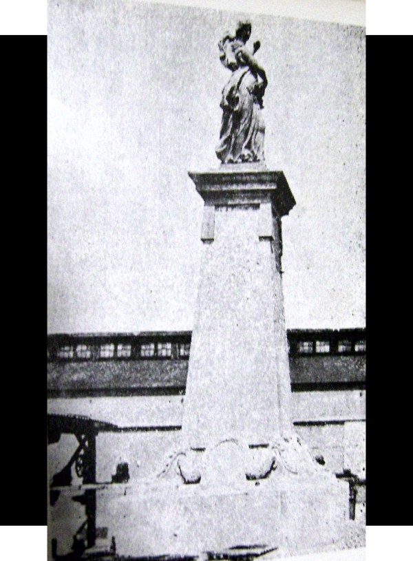 """Vista lateral del monumento a los héroes de 1914, entre la década de 1910 y 1920. Fuente de foto: libro """"Reseña gráfica de la invasión americana Veracruz 1914""""."""
